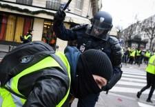 """Acuzaţii de standarde duble/ Comisia Europeană evită subiectul violenţelor comise împotriva """"vestelor galbene"""" în Franţa"""