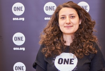 """Interviu/ Laura Veza-Vișan, tânăr ambasador ONE: """"Motivaţia eurodeputaţilor în combaterea sărăciei extreme nu este afilierea lor politică, ci simţul egalităţii şi dreptăţii"""""""""""