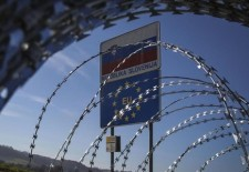 Slovenia extinde gardul contra migranţilor de la frontiera cu Croaţia
